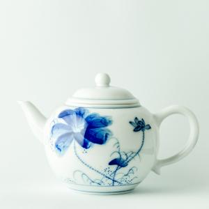Théière en porcelaine qinghua au motif de lotus