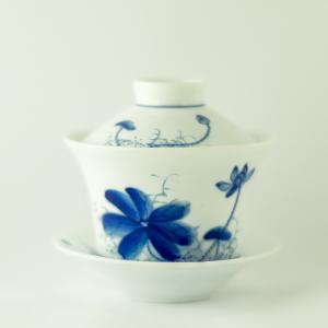 Gaiwan en porcelaine qinghua au motif de lotus