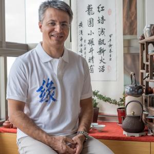 Polo homme avec une calligraphie chinoise faite à la main