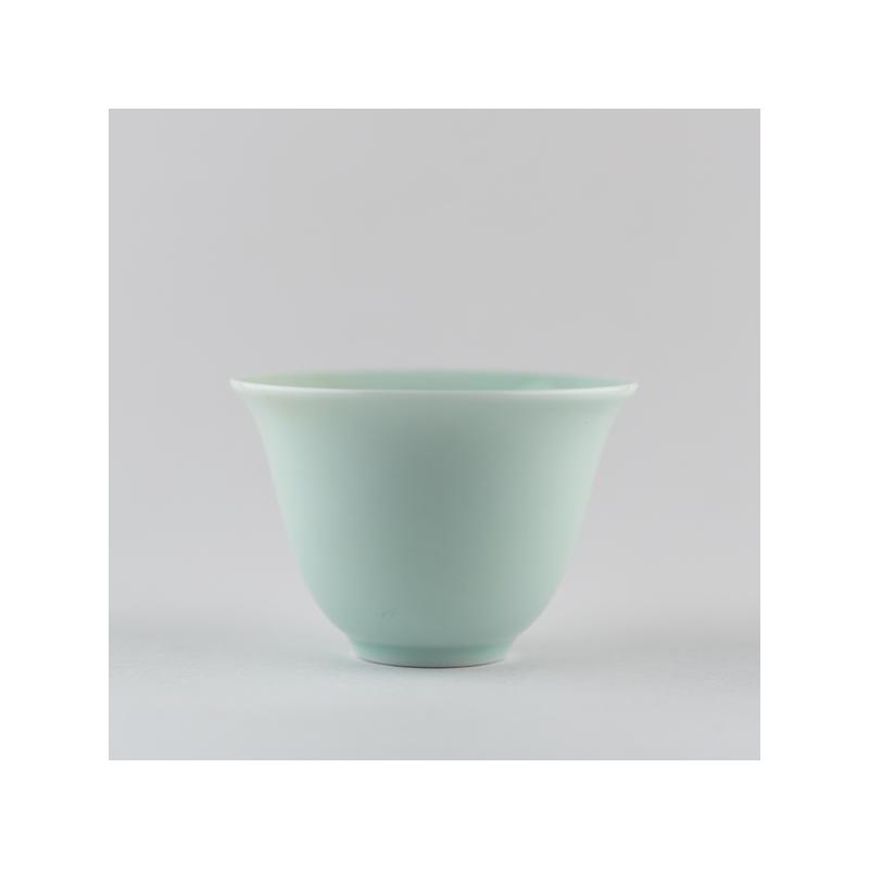 Coupe 'fleur' en porcelaine céladon clair