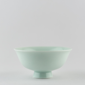 Coupe 'chantante' en porcelaine céladon clair