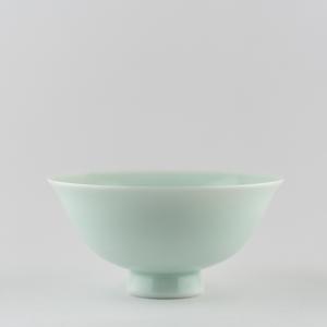 Coupe 'chantante' en porcelaine céladon clair