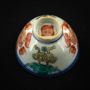 1 coupe à thé polychrome de la fin de la dynastie Qing